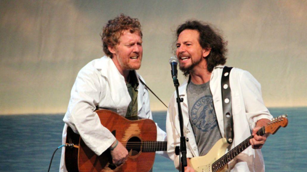 eddievedderglennhansard heatherkaplan Eddie Vedder postpones U.S. tour