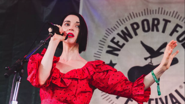 """St. Vincent covers Lou Reed's """"Perfect Day"""" in Brooklyn, photo by Ben Kaye"""