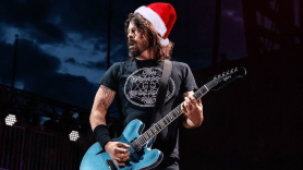 Dave Grohl Foo Fighters Chug Beer Santa Fan Intersect Las Vegas
