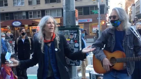 patti-smith-busk-voters-nyc-video