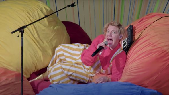 tune-yards hold yourself a late show with stephen colbert